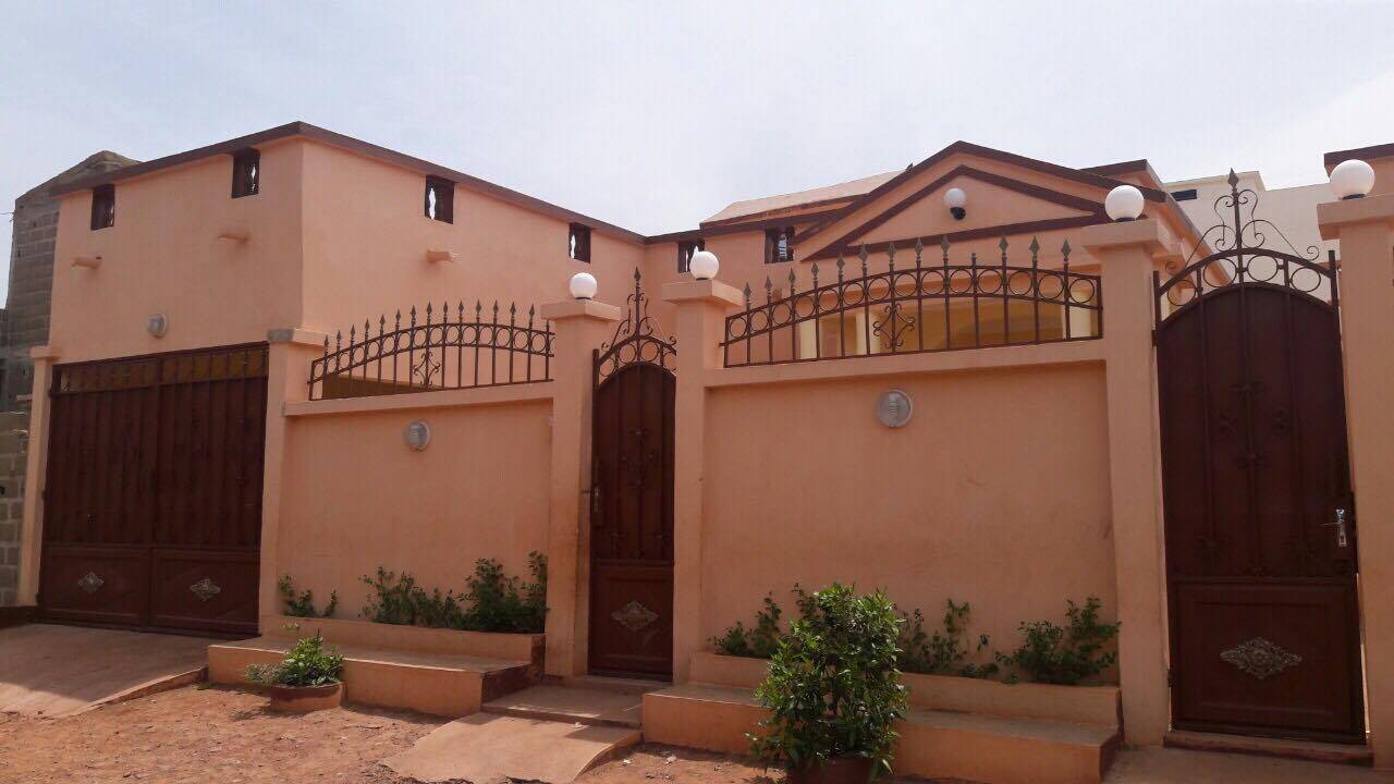 Location villa a la cit yeleen derri re boll bamako for Villa a bamako