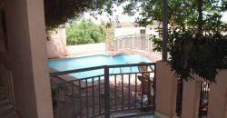 Grande maison avec piscine et jardins pour bureaux, entreprises, ONG