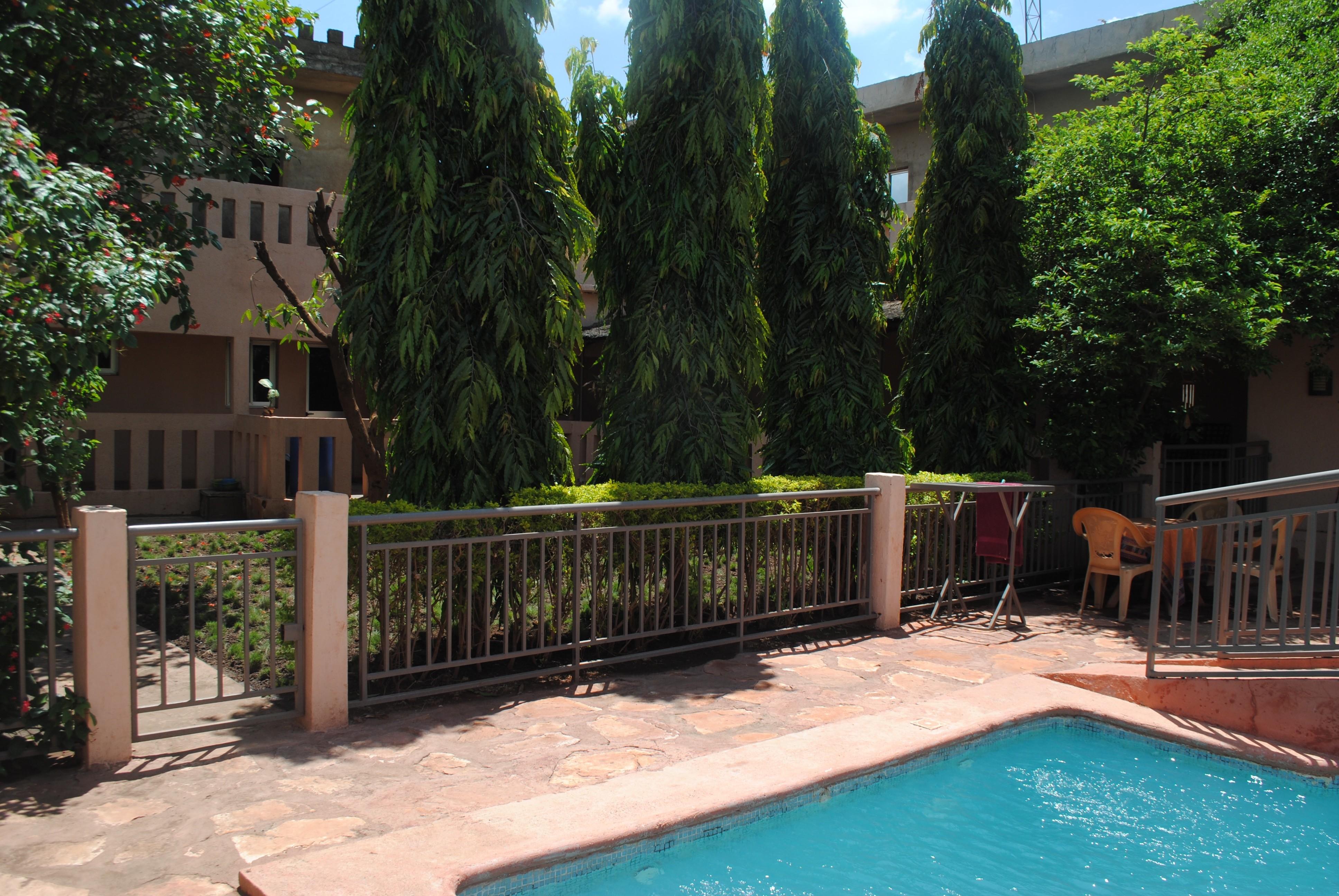 Grande maison avec piscine et jardins pour bureaux entreprises